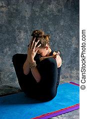 胚胎, 布朗, 婦女, 瑜伽蓆子, 練習, 有毛發, 灰色, 或者, 被成雜色, 背景。, 工作室, garbha,...