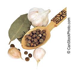 胡椒, 豌豆, 鑄件, 向上, 在, a, 木制的勺, 上, the, 背景, ......的, 大蒜, 以及, 海灣葉片, 上, the, 白色