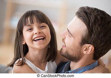 脂肪, 見る, カメラ, 笑い, 包含, 女の子, 子供, 愛らしい, 幸せ