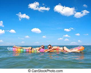 膨らませることができる, 女の子, 若い, マットレス, sea., 浮く