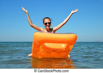 膨らませることができる, 若い, マットレス, sea., 浮く, 女の子