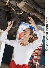 自動車修理工, 仕事, 下に