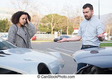 自動車, ひどく, 衝突, 人, 後で, 女, 論争