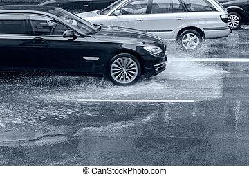 自動車, 運転, 上に, あふれられる, 道, ∥で∥, はねている水, 後で, 豪雨