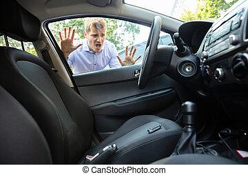 自動車, forgot, キー, 彼の, 中, 人
