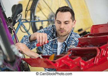 自行车, 技工, 拿, 螺丝刀, 从, 工具箱