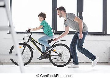 自転車の 乗車, 父, 若い, 息子, 助力
