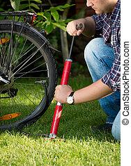 自転車公園, ポンプ, 若い, タイヤ, 人
