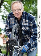自転車, 人, 微笑, シニア, 修理