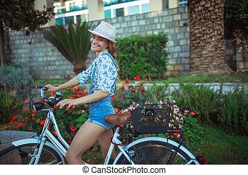 自転車, 幸せな女性, 乗馬, 屋外で