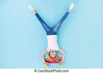 舌, 上, 角度, の上, longboard, 背景, 光景, スポーティ, 位置, ウエア, 上側, 子供, 隔離された, 高く, ポジティブ, から, 青, フルである, 女の子, 白, 写真, 色, ショー, 衣服, 乗車, 下方に, 上に, 体