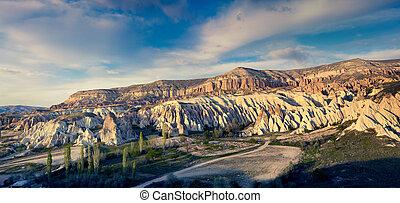 色彩丰富, 晚上, 发生地点, 在中, cappadocia., 红升高, 山谷, 在中, the, 温暖, 阳光,...