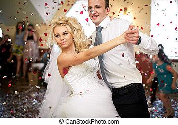 花婿, くねり, 素晴らしい, 花嫁, 上に, ダンス, 中に, ∥, シャワー, の, 紙ふぶき
