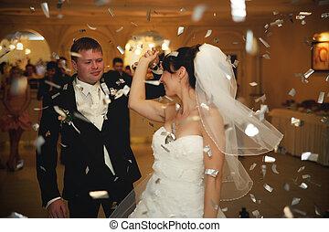 花婿, 回転, a, 花嫁, 雨, の, 白, 紙ふぶき