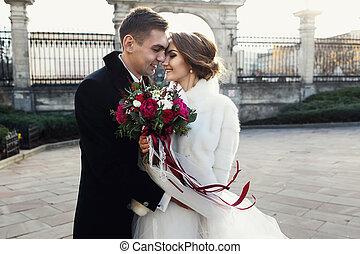 花婿, 把握, 花嫁, 中に, 彼の, 手, 前部, の, 古い教会, 門