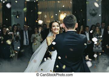 花嫁, 微笑, 間, ダンス, 雨, の, 紙ふぶき