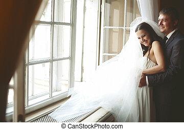 花嫁, 笑い, 間, 婚約者, 抱擁, 彼女, 後ろ から, 前部, の, ∥, 窓