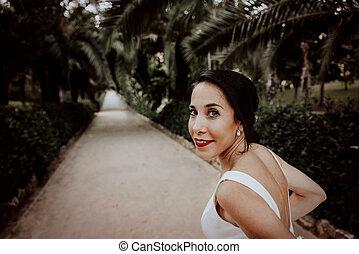 花嫁, 肖像画, 見る, 公園, 肩, 驚かせること, コーカサス人, カメラ, 上に