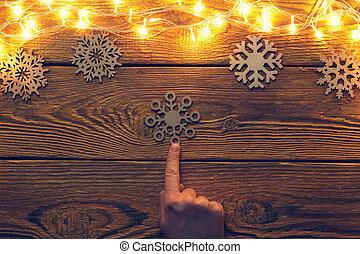 花輪, 燃焼, 木製である, イメージ, 表面, 手, の上, 指すこと, 雪片, 上向きに