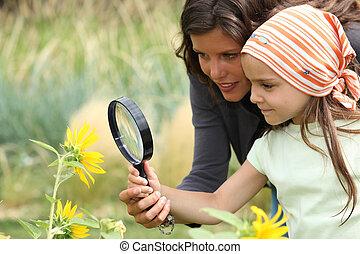 花, 娘, 見る ガラス, 母, 拡大する