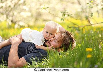 花, 牧草地, 父, 抱き合う, 女の赤ん坊