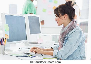 芸術家, コンピュータを使って, ∥で∥, 同僚, の後ろ, ∥において∥, オフィス