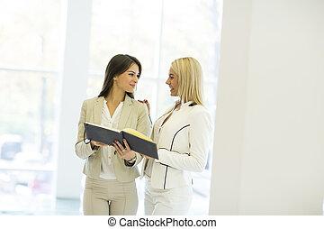 若い女性たち, 中に, オフィス