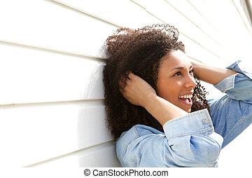 若い女性, ∥で∥, 巻き毛の髪, 微笑
