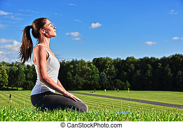 若い女性, の間, ヨガ, 瞑想, 公園