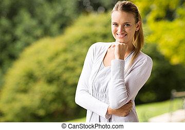 若い女性, カメラを見る