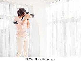 若い女性, カメラマン, 仕事, 中に, スタジオ