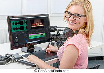 若い女性, デザイナー, コンピュータを使って, ∥ために∥, ∥, ビデオエディット