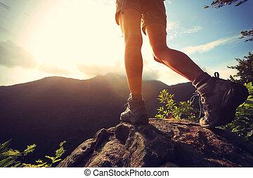 若い女性, ハイカー, 足, 上に, 日の出, 山の ピーク, 岩