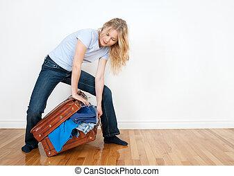 若い女性, パッキング, a, スーツケース