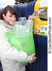 若い女性, リサイクル, プラスチックびん