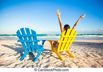 若い女性, 中に, 浜の 椅子, 上げられた, 彼女, 手アップ