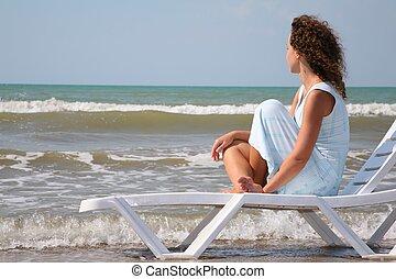 若い女性, 座る, 中に, ∥, chaise の ラウンジ, エッジの上に, の, ∥, 海