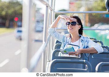 若い女性, 旅行, 都市, 上に, 開いているトップ, バス