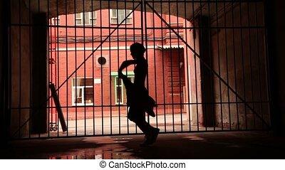 若い女性, 能力を発揮する, 現代 ダンス, ∥で∥, 布, 近くに, 格子, 門