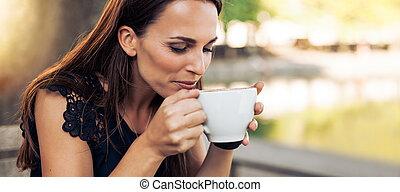 若い女性, 飲むこと, カプチーノ