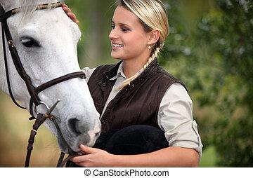 若い婦人, なでること, 彼女, 馬