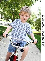 若い少年, バイクで