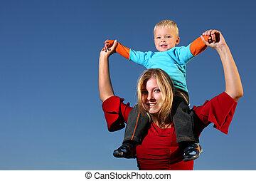 若い少年, 乗馬, 上に, 彼の, 母, 肩, 屋外で, 青い空, behind.