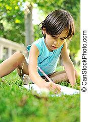 若い少年, 屋外で, 芝生に, 執筆