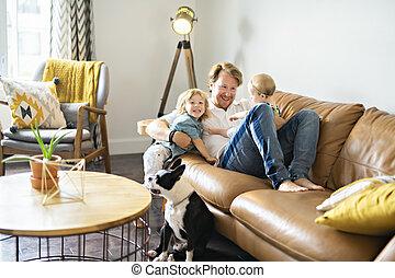 若い父親, ∥で∥, ベビー娘, そして, 息子, 上に, ソファー, 家で