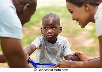若い, アフリカ, 遊び, 家族, 屋外で