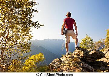 若い, コーカサス人, 人間が座る, 屋外, 上に, a, 岩, 上に働く, a, ラップトップpc, 中に, 山, area.