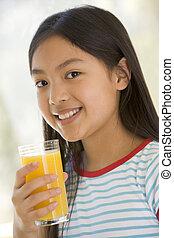 若い, ジュース, 屋内, 飲むこと, オレンジ, 微笑の女の子