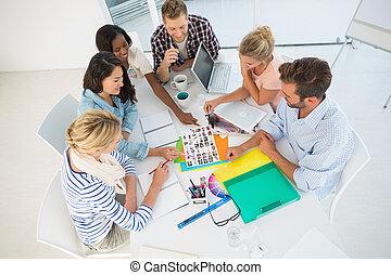 若い, デザイン, チーム, 行く, 上に, 写真撮影, 連絡, シート, 一緒に, 中に, 創造的, オフィス