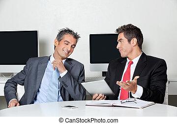 若い, ビジネスマン, 保有物, デジタルタブレット, モデル, ∥で∥, 同僚, 机, 中に, オフィス